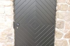 Herrenhaus, ehem. Rittergut, Torhaus-Tür denkmalgerecht aufgearbeitet, Farbton Ebenholz