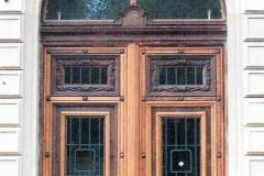 Volksbank, restauriertes 2-flügliges Eingangstor mit Schlupftürflügel