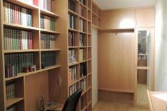 Einbaumöbel mit Garderobe im Korridor