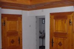 Rustikaler Raum, Decke und Türen im Bauernstil